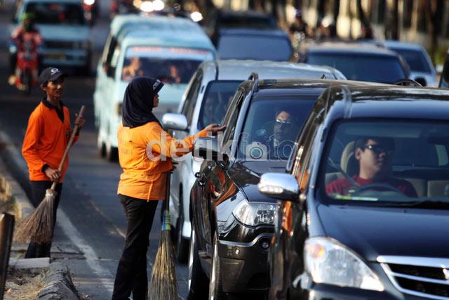 Pengemis Berkedok Penyapu Jalan Marak di Jakarta