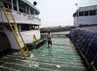 Tidak ada aktivitas bongkar muat di pelabuhan tersebut. Hanya terlihat beberapa pekerja yang membersihkan kapal.
