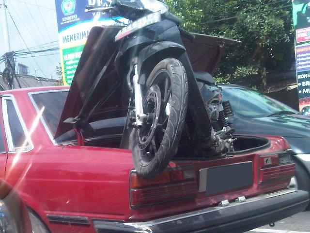 Motor Diangkut di Bagasi Mobil