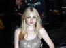 Dibalut gaun Stella McCartney, bintang bernama lengkap Hannah Dakota Fanning itu tampil anggun dan mempesona. REUTERS/Luke MacGregor.