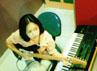 Maia Estianti tampak memegang gitar listrik di sebuah ruangan studio musik. (dok. detikforum)