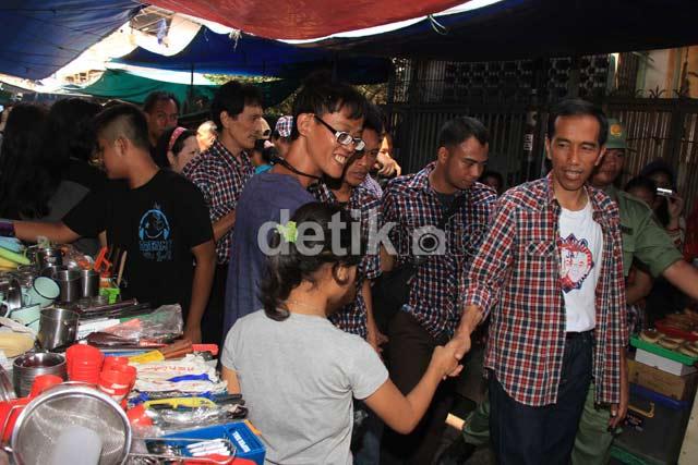 Jokowi Blusukan di Pasar Petak Sembilan