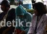 Karyawan RS Fatmawati menggunakan hak pilihnya, sementara para pasien dapat juga menggunakan hak pilihnya setelah para karyawan RS. Ramses/detikcom.