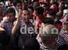Jokowi dikelilingi ratusan pendukungnya. Ia terlihat kesulitan memasuki markas tim pemenangan karena banyaknya pendukung yang hadir.