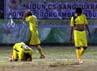 Para pemain Sumut tertunduk lesu di tengah lapangan seusai dikalahkan oleh tim Kaltim.