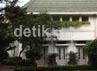 Rumah dinas gubernur DKI Jakarta. Tampak sebuah mobil box terparkir di halaman rumah tersebut.