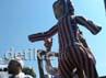 Dalam aksinya, massa FPI Sulsel juga membawa boneka berwajah Obama dengan seluruh bagian boneka bermotif bendera AS.