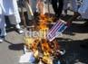 Massa FPI Sulsel membakar gambar-gambar bendera AS, sebagai bentuk kutukan mereka pada pemerintah AS yang melindungi pembuat film Innocence of Muslim