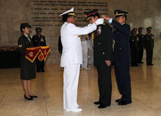 Kasad Thailand Terima Tanda Kehormatan dari TNI