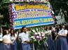 Para siswa SMA 70 membawa bunga duka cita ke bundaran Bulungan, Jakarta Selatan, Senin (1/10/2012). Ramses/detikcom.