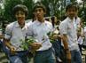 Para siswa berjalan menuju bundaran Bulungan yang lokasinya tidak jauh sekolah mereka. Ramses/detikcom.