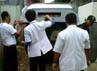 Petugas dari RS Polri Kramat Jati memasukkan jenazah Hadi Susanto ke dalam ambulans. (Hendrik I Raseukiy).