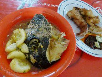 Slruup... Segar Gurih Sup Kepala Ikan Lembongan