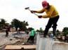 Para pekerja tengah mengerjakan pemasangan dinding penahan tebing atau turap pada saluran kali Irigasi, Kampung Cerewet, Kelurahan Duren Jaya, Kota Bekasi, Rabu (26/12).