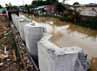 Sebagian pondasi untuk turap telah dipasang di dinding kali Irigasi Bekasi.