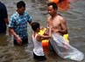 Anak kecil pun turut membantu mengumpulkan sampah di pantai Ancol.