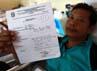 Seorang pasien menunjukkan surat rujukan dari Puskesmas.