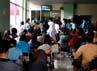 Para pasien mengantre di loket pengambilan obat Rumah Sakit Umum Daerah (RSUD) Tarakan, Jakarta Pusat.