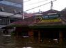 Sebagian warga bertahan di atap rumah.