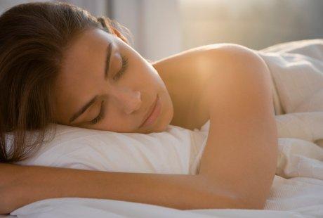 Ini Manfaat Sehat Tidur Tanpa Busana: Menyehatkan Organ Intim & Cegah Perut Buncit