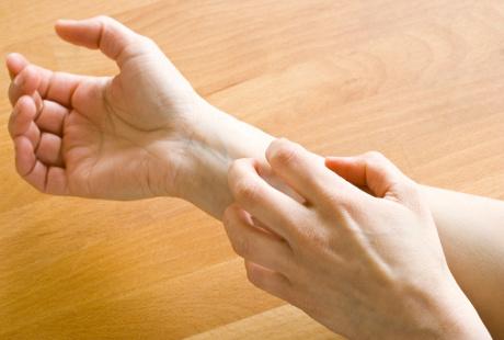 Bintik-bintik Kecil & Berair di Kulit Tangan, Apa Obatnya?