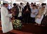 Para pelayat berdoa di samping makam Feisal Tanjung.