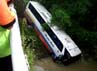 Bus Rosalia Indah terjun ke sungai sedalam 10 meter. Arvin Dwi Pranoto/detikFoto.