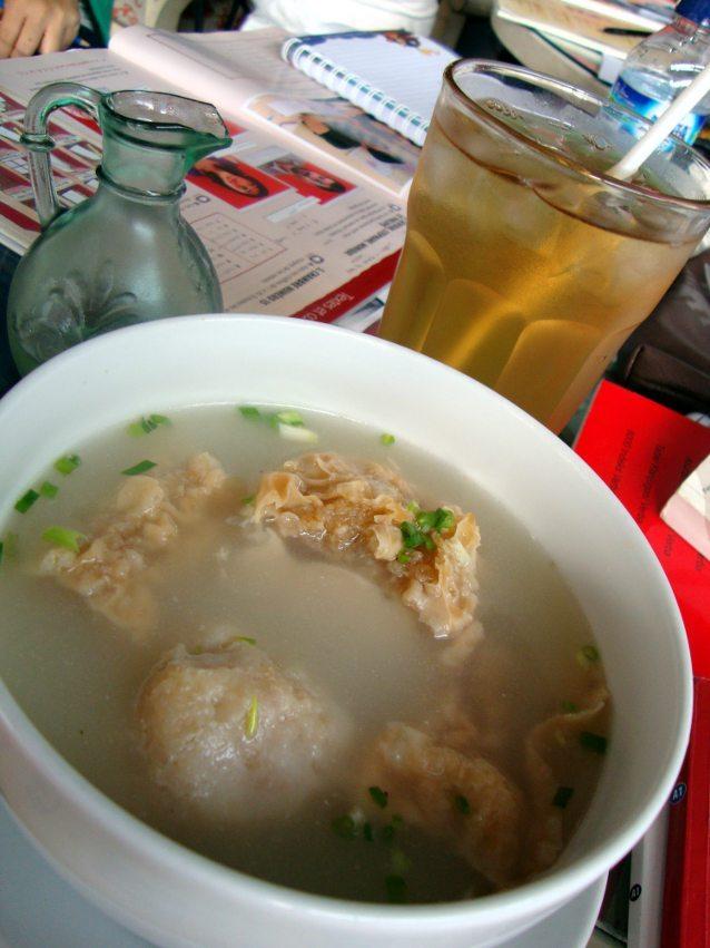 Inilah menu andalan di Kedai: bakwan Malang. Gurih dan hangat, porsi kecilnyapun cukup mengenyangkan. Di belakangnya ada es teh serai yang wangi segar.