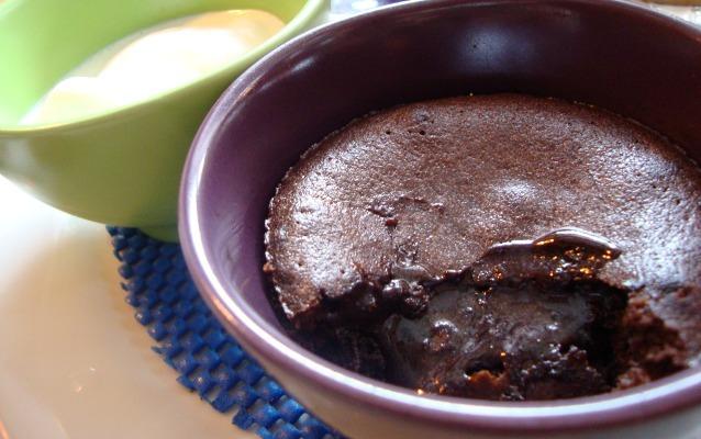Chocolate molten cake dan es krim vanilla... Yummy!