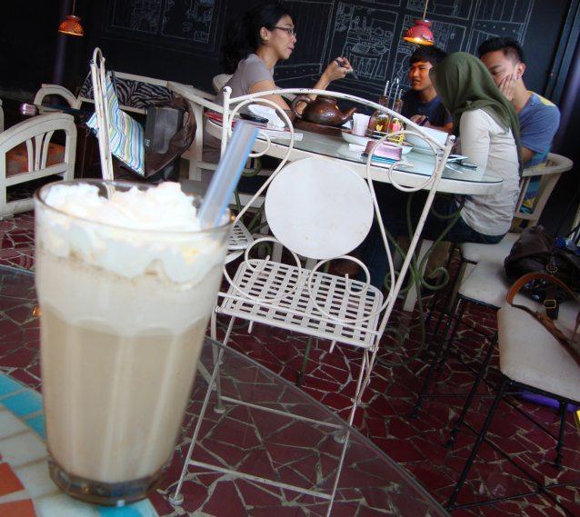 Iced caramel latte untuk teman belajar.