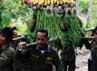 Gunungan buah-buahan dibawa oleh animal keeper untuk diberikan kepada satwa orangutan yang berada di WRC sebagai hadiah.