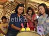 Memotong kue saat merayakan ulang tahun ke 41 untuk dibagikan kepada tamu undangan yang hadir di Wildlife Rescue Center (WRC) Yogyakarta