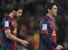 Lionel Messi dan Cesc Fabregas tertunduk lesu saat meninggalkan lapangan setelah tersingkir dengan gagregat 4-2. REUTERS/Gustau Nacarino.