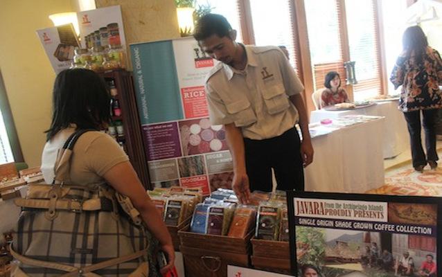 Beragam produk makanan lokal produksi UKM djual seperti es krim jamu, sagon bakar, dan kopi Toraja yang juga bisa dicicipi langsung oleh pengunjung. Sambil mencicip, pengunjung bisa berbelanja makanan khas.