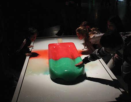 Slruuup!  Es Loli Ukuran Jumbo Ini Dibuat Seniman Argentina