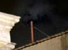 Asap hitam pertama mengepul dari cerobong asap Kapel Sistine yang menandakan pemilihan pertama pengganti paus telah dilakukan. Pemilihan Paus akan kembali dilakukan pada pukul 22.00 waktu Vatikan karena paus baru belum terpilih. Reuters/Tony Gentile.