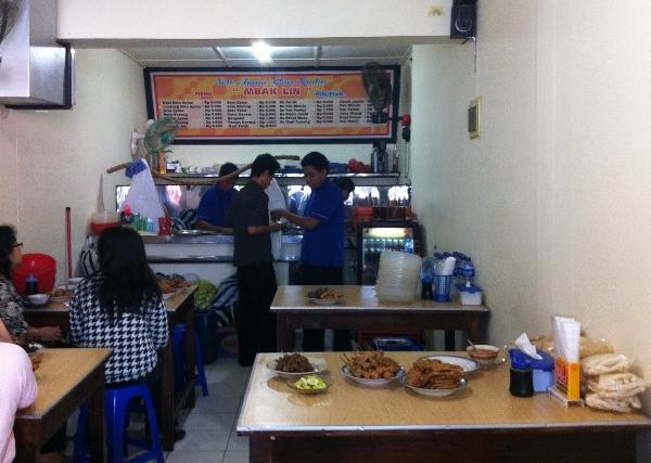 Ciri khas warung soto mbak Lin, yang punya beberapa cabang di Semarang,tempatnya tak berapa luas. Seperti di sudut rumah berikut terasnya yang disulap jadi area makan. Ciri khasnya memakai angkringan soto di bagian tengahnya. Nyaris tak pernah sepi pengunjung!