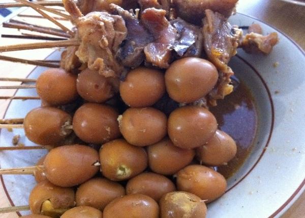 Selain tempe goreng yang garing renyah, sate daging ayam dan telur puyuh jadi lauk soto ini. Keduanya dimasak dengan bumbu kecap dengan  bawang. Gurih-gurih manis.