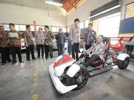 Honda Bantu SMKN 2 Surabaya