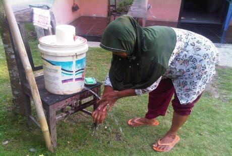 Tiap Rumah di Desa Ini Sediakan Tong Air untuk Cuci Tangan Pakai Sabun