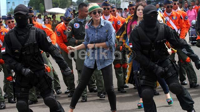 Ketika Luna Maya Bergoyang dengan Para Tentara