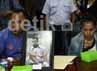 Keluarga 4 tahanan yang tewas di LP Cebongan, Sleman, Yogyakarta membawa foto korban semasa hidup. Ramses/detikfoto