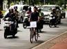 Seorang guru mengayuh sepedanya menuju Istana Merdeka, Jakarta.