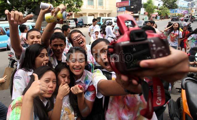 Usai UN, Siswa SMU di Makassar Coret-coret Seragam