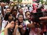 Sekumpulan siswa SMU Negeri 1 Makassar berfoto bareng usai saling corat-coret di baju seragamnya.