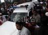 Ambulans yang membawa Uje tiba di lokasi pemakaman.