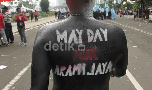 Aksi Unik Peserta Pawai May Day