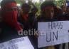 Massa gabungan buruh dan mahasiswa menggelar mimbar bebas di bawah kolong fly over Urip Sumoharjo dan menuntut penghapusan Ujian Nasional dan pemberlakuan pendidikan gratis yang berkualitas.