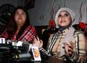 Bahkan senyuman istri ketiga Ahmad Fathanah itu tidak lepas saat menghadapi pertanyaan wartawan.