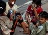 Sejumlah anak jalanan mangkal di kawasan Gelora Bung Karno, Senayan, Jakarta, Rabu (15/05).